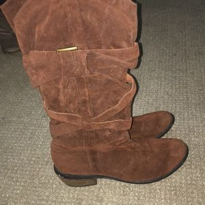 Restricted brown heeled boots